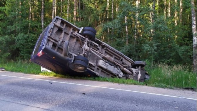 В ДТП с микроавтобусом в Гатчинском районе Ленобласти пострадали четыре человека