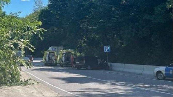 В Сочи грузовик врезался в припаркованную машину с детьми