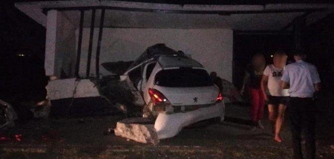 В Ленинском районе Крыма в ДТП погиб водитель легковушки (3)