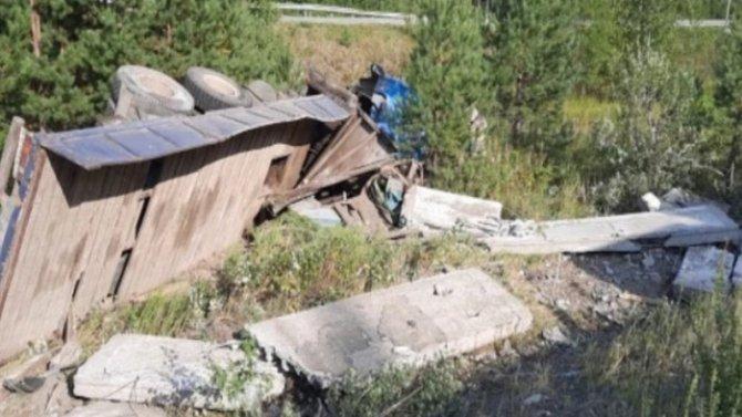Под Нижним Тагилом грузовик съехал в кювет и раздавил своего водителя