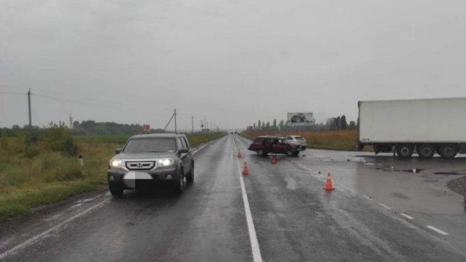 Водитель легковушки пострадал в ДТП с грузовиком