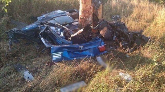Под Белгородом BMW врезался в дерево – погибли трое