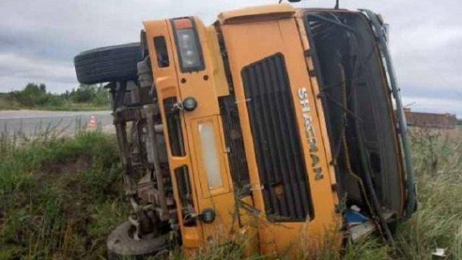 Водитель грузовика погиб в ДТП в Новгородской области
