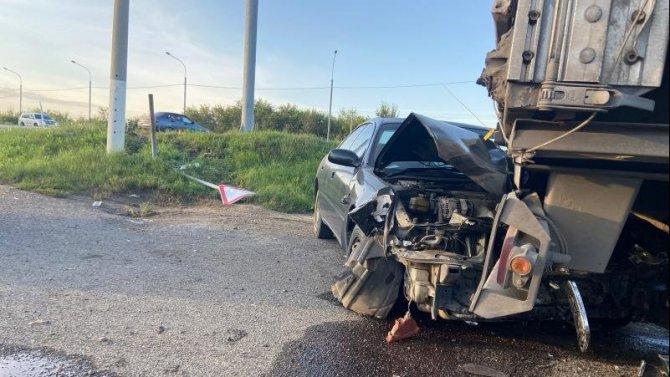 В Емельяновском районе 13-летняя девочка угнала машину и врезалась в КамАЗ