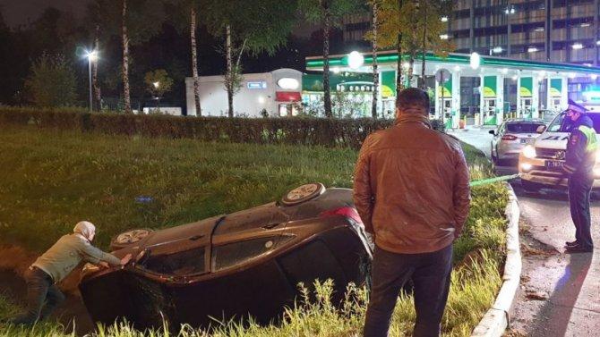 Появилось видео того, как вМоскве полицейский пикап вытаскивал перевернувшийся Hyundai изкювета