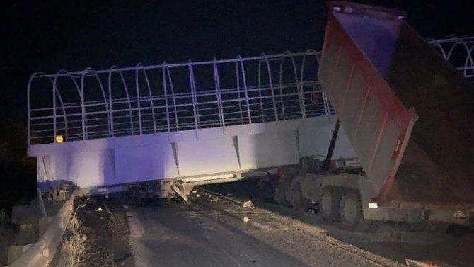 Натрассе Пермь-Екатеринбург грузовик снёс надземеный переход— погиб ониводитель встречного автомобиля