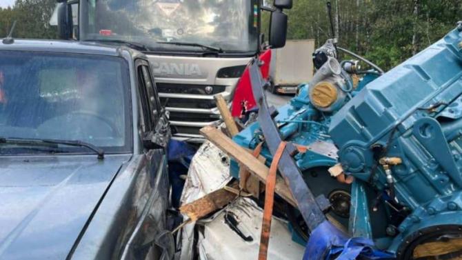 ВТатарстане— массовое ДТП: водитель «МАЗа» снёс три фуры и«Патриот»
