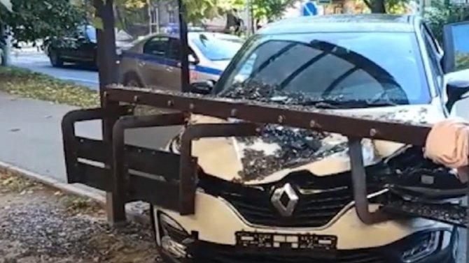 ВКалининграде водитель Renault несмог затормозить исбил мать иребёнка, стоявших наостановке