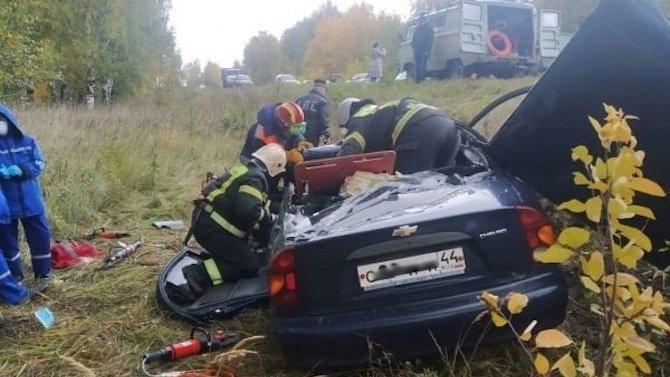 ВКостромской области смертельное ДТП— легковой автомобиль заехал под КАМАЗ
