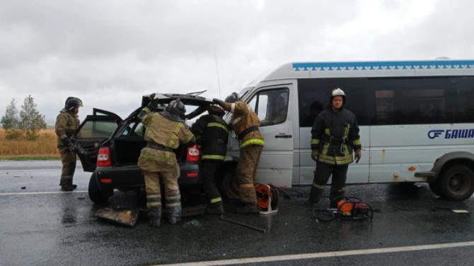 ВБашкирии столкнулись микроавтобус и«Приора»— один человек погиб