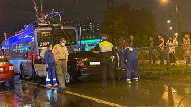 В Петербурге в ДТП с троллейбусом погиб мужчина