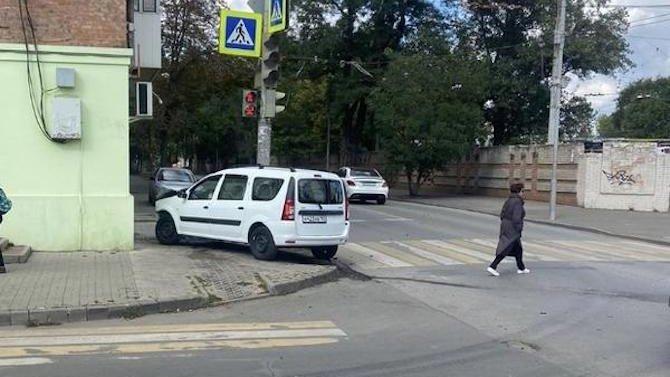 ВРостове-на-Дону водитель пассажирского автобуса проехал накрасный свет иврезался в«Ладу»