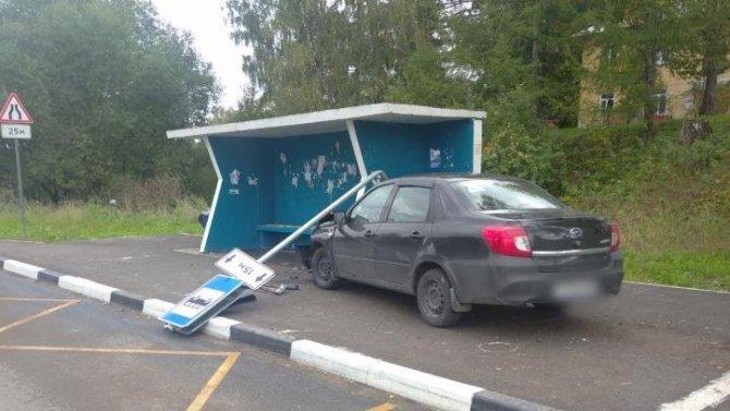 В Ярославской области автомобиль сбил 11-летнего мальчика на остановке