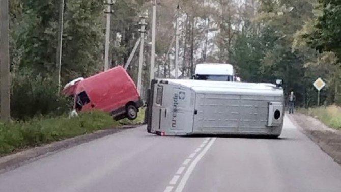 ВВологде фургон наприцепе перевернул своего «тягача»