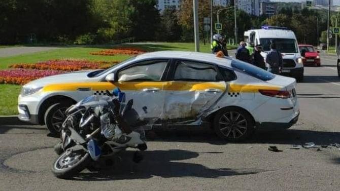 ВМоскве столкнулись машина такси иполицейский мотоцикл
