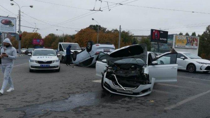 В Ростове после ДТП опрокинулся «Лексус»