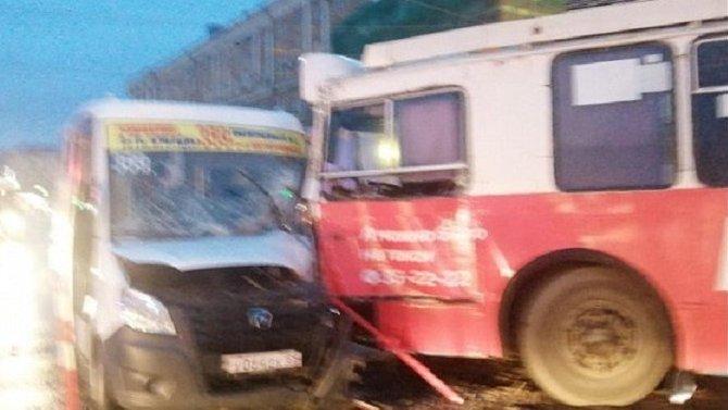Семь человек пострадали в ДТП с маршруткой в Омске