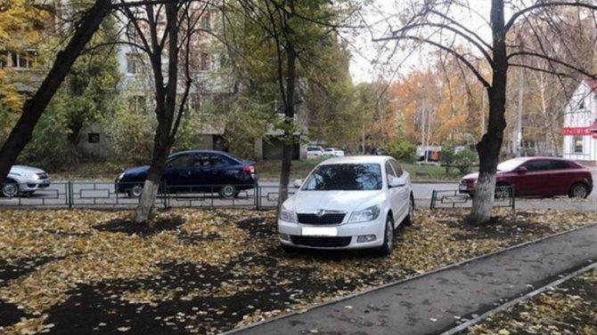 В Самаре иномарка сбила женщину на тротуаре