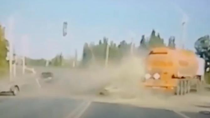 Видео смертельного ДТП под Новошахтинском, где бензовоз сбил «Жигули», попало вСеть