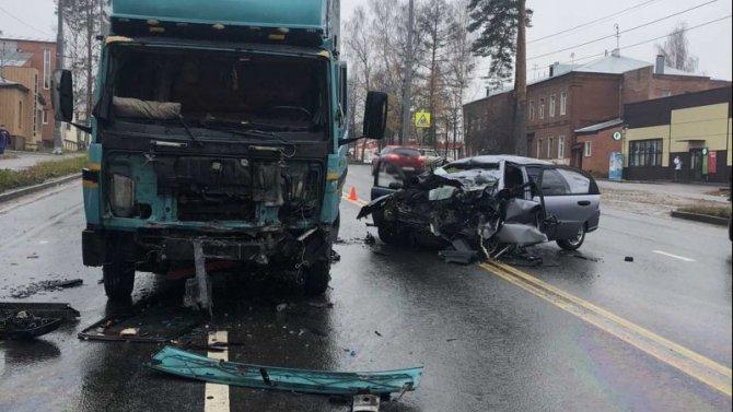 В ДТП с грузовиком в Ивановской области погиб водитель иномарки