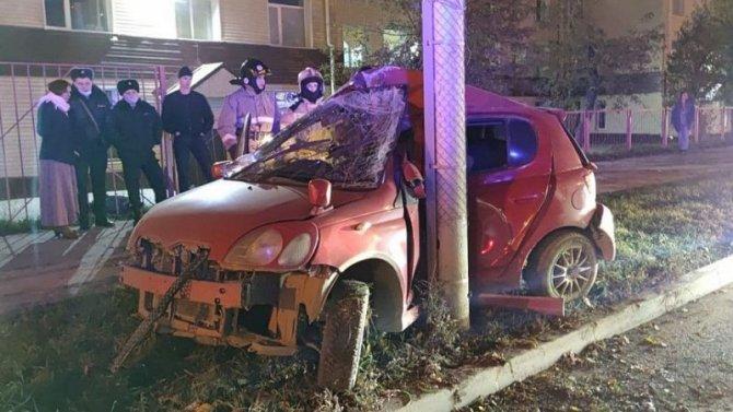 В Новосибирске автомобиль врезался в столб – водитель погиб
