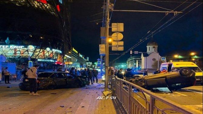 В центре Новосибирска опрокинулся автомобиль