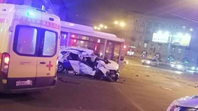 На площади Калинина несколько раз перевернулся автомобиль – водитель сбежал