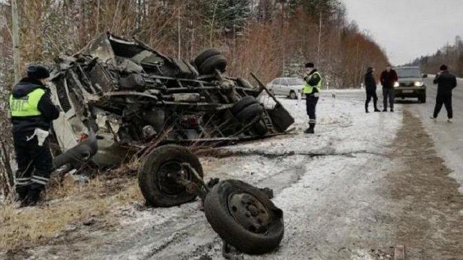 Под Серовом водитель грузовика уснул и устроил смертельное ДТП