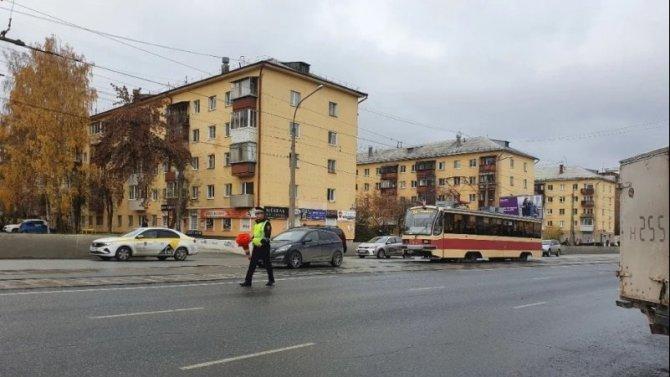В Екатеринбурге автомобиль сбил ребенка на трамвайных путях